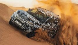 La nuova Land Rover Defender con la Croce Rossa sulle dune di Dubai